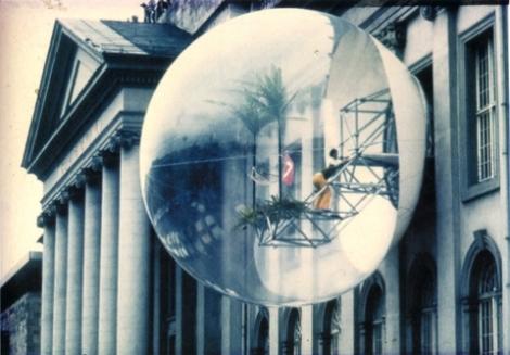 Haus-Rucker-Co, Oasis n°7, installation (cellule gonflée en PVC, structure métallique, palmiers, branchages, hamac, drapeau), 1972